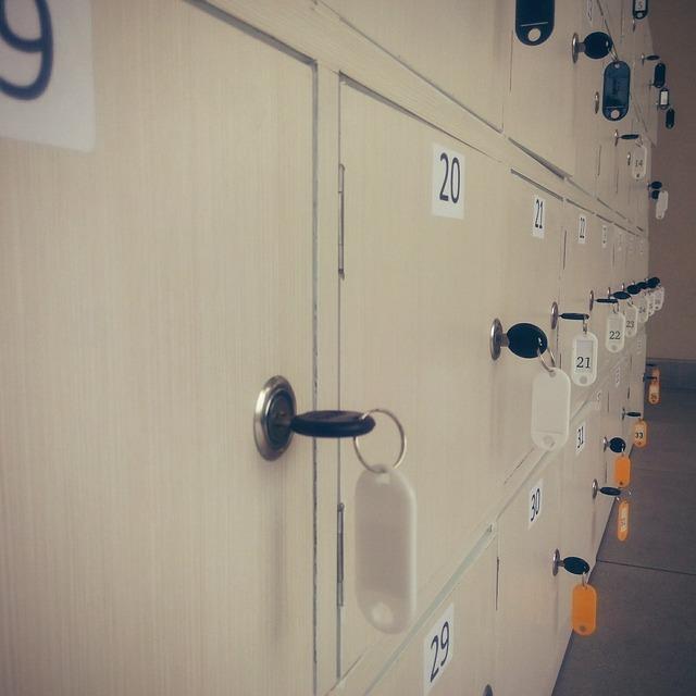 plechové skříňky, zámečky, čísla