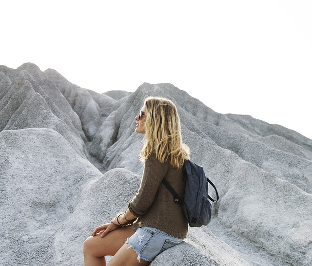 dívka s batohem
