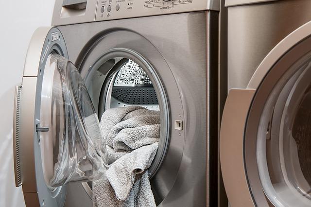 pračka s prádlem