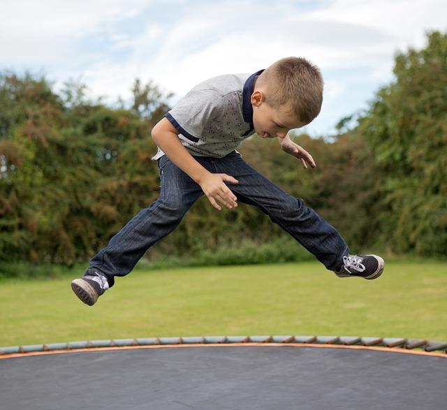 kluk na trampolínš
