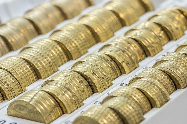 kovové peníze v zásobníku.jpg