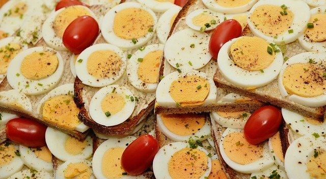 chléb s vajíčkem a rajčaty.jpg